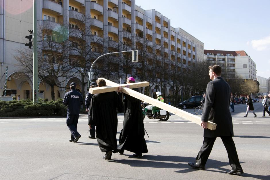 Sonntags in Berlin # Sundays in Berlin Katholische Karfreitagsprozession durch Mitte; Berlin, 02.04.2010 # Catholic Good Friday Procession in Berlin