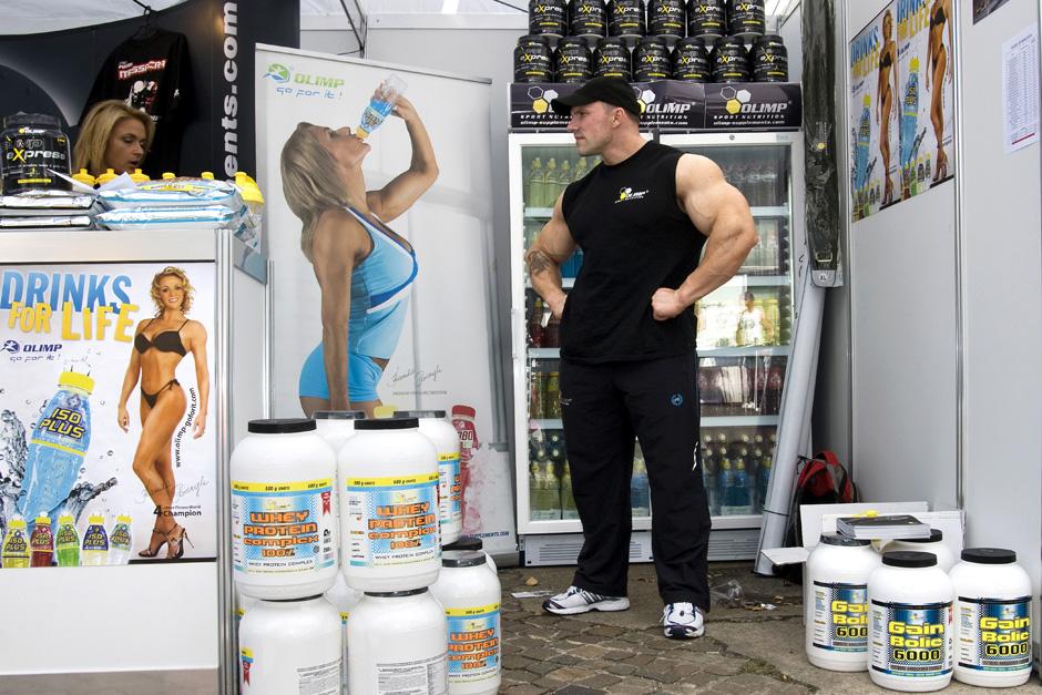 Sonntags in Berlin # Sundays in Berlin Bodybuilder bei der Eröffnung eines Fitness Outlet Centers; Berlin, 29.08.2009 # Bodybuilder at the opening of a Fitness Outlet Center